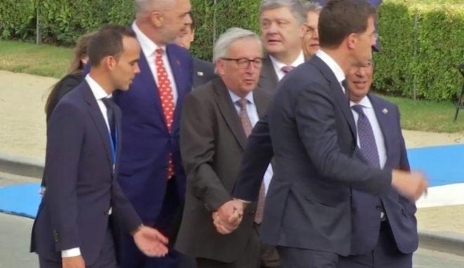 Υποβασταζόμενος ο Ζαν Κλοντ Γιούνκερ μετά τη Σύνοδο του ΝΑΤΟ