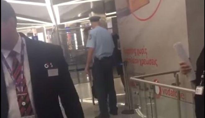 Στιγμιότυπο από το βίντεο που δείχνει τον αστυνομικό να βιαιοπραγεί εναντίον του αλλοδαπού.