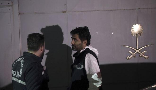 Έρευνες των τουρκικών αρχών στο προξενείο της Σαουδικής Αραβίας στην Κωνσταντινούπολη, όπου όπως όλα δείχνουν δολοφονήθηκε και διαμελίστηκε ο δημοσιογράφος Τζαμάλ Κασόγκι
