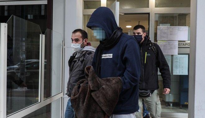 Ο 22χρονος φερόμενος δράστης της δολοφονίας 26χρονου στις Σπέτσες κατά την έξοδό του από τα δικαστήρια Πειραιά μετά την απολογία του στον Εισαγγελέα