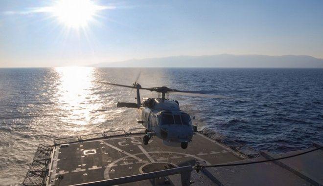 """Στιγμιότυπο από την εθνική τεχνική άσκηση μικρής κλίμακας """"ΑΣΤΡΑΠΗ 01/18"""", που διεξήχθη στη θαλάσσια περιοχή του Σαρωνικού Κόλπου, Μυρτώου και κεντρικού Αιγαίου Πελάγους, από Δευτέρα 29 έως Τρίτη 30 Ιανουαρίου 2018 με τη συμμετοχή φρεγατών, υποβρυχίων, πλοίου γενικής υποστήριξης, ελικοπτέρων και ομάδων της Διοίκησης Υποβρυχίων Καταστροφών καθώς και αεροσκαφών της Πολεμικής Αεροπορίας. Η εν λόγω άσκηση πραγματοποιήθηκε στο πλαίσιο του ετήσιου προγράμματος Επιχειρησιακής Εκπαίδευσης μονάδων του Πολεμικού Ναυτικού και σε συνεργασία με άλλους κλάδους των Ενόπλων Δυνάμεων, με σκοπό τη διατήρηση και ενίσχυση της επιχειρησιακής και μαχητικής ετοιμότητας και ικανότητας των συμμετεχόντων. (EUROKINISSI/ΠΟΛΕΜΙΚΟ ΝΑΥΤΙΚΟ)"""