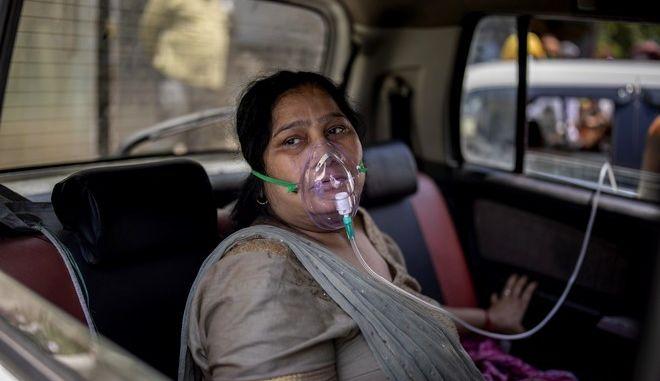 Γυναίκα με μάσκα οξυγόνου σε όχημα, στην Ινδία