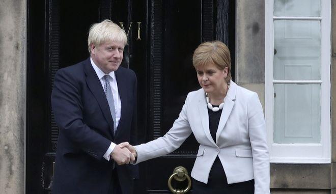 Η πρώτη υπουργός της Σκωτίας Νίκολα Στέρτζον με τον Βρετανό πρωθυπουργό Μπόρις Τζόνσον κατά τη συνάντησή τους στο Εδιμβούργο
