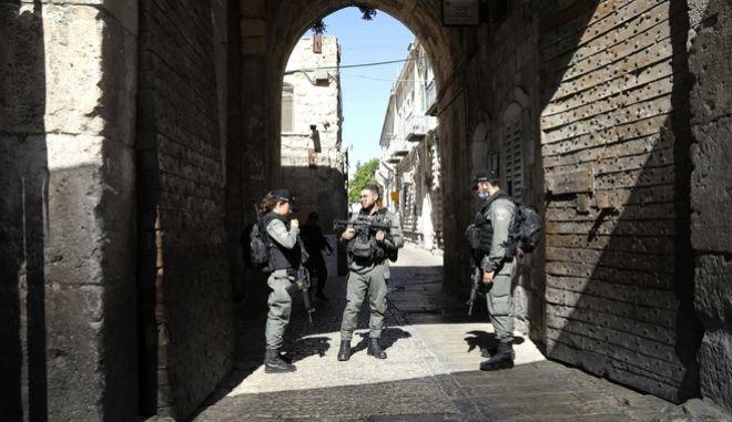 Αστυνομικοί του Ισραήλ περιφρουρούν την Παλιά Πόλη της Ιερουσαλήμ, μετά τη δολοφονία ενός Παλαιστίνιου από τις αρχές