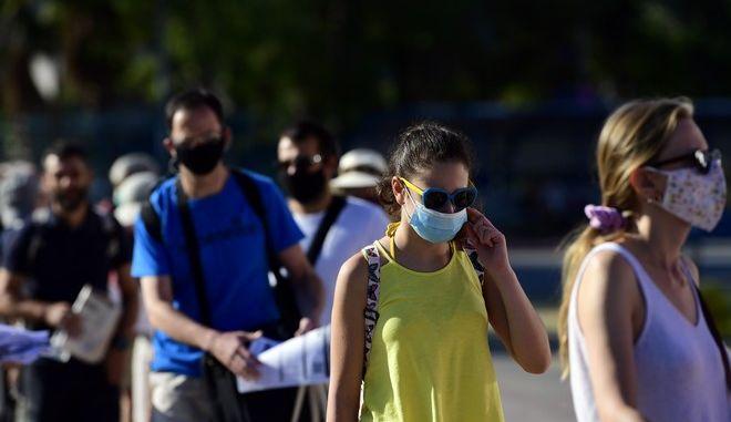 Πολίτες με μάσκες.