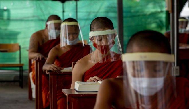 Κορονοϊός στην Ταϋλάνδη. Μαθητές με προστατευτική μάσκα