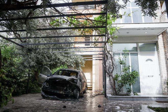 Το αυτοκίνητο της Μίνας Καραμήτρου, το οποίο άγνωστοι πυρπόλησαν τα ξημερώματα της Τρίτης