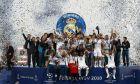 Oι ποδοσφαιριστές της Ρεάλ αγκαλιά με το τρόπαιο στο στάδιο Ολιμπίνσκι