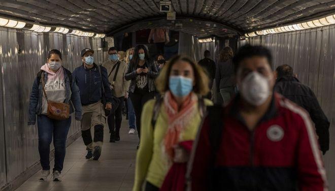 Ισπανοί με μάσκες στο μετρό της Βαρκελώνης