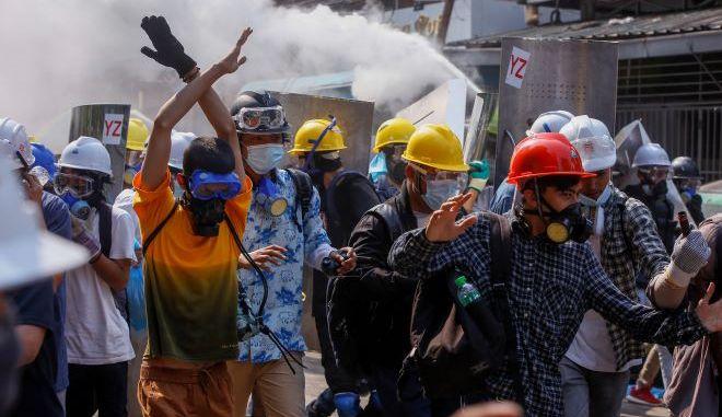 Διαδηλωτές κατά του πραξικοπήματος στη Μιανμάρ (φωτογραφία αρχείου)