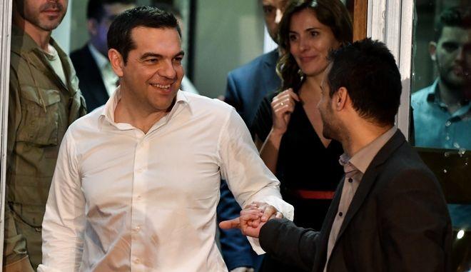Ο πρωθυπουργός τη στιγμή που αποχωρεί από τα γραφεία του ΣΥΡΙΖΑ
