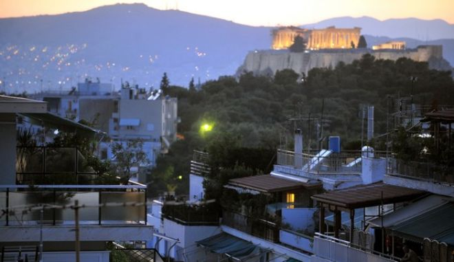 Σπίτια με φόντο την Ακρόπολη στην δύση του ήλιου
