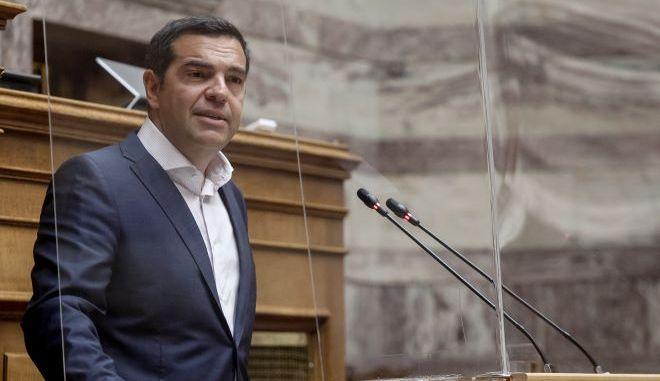 """ΣΥΡΙΖΑ: Τα καλάσνικοφ σφυρίζουν και η ΝΔ """"κυνηγάει"""" τους νέους"""