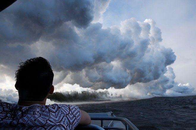 Ηφαίστειο Κιλαουέα. Κομμάτια λάβας εκτοξεύονται και ένα από αυτά προκάλεσε ήδη τον σοβαρό τραυματισμό ενός ανθρώπου.