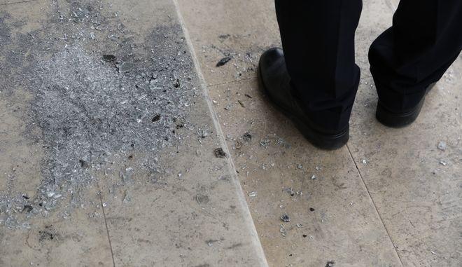Εμπρηστική επίθεση με γκαζάκια σε υποκατάστημα τράπεζας