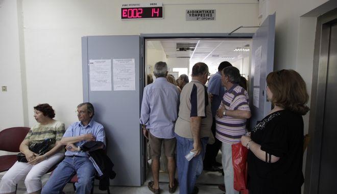 ΑΘΗΝΑ-Ουρές και σήμερα στα υποκαταστήματα του ΙΚΑ, με τους συνταξιούχους να περιμένουν ώρες  για να διευθετήσουν τα ζητήματα με το ΑΜΚΑ και τον ΑΦΜ.Στη φωτογραφία απο το ΙΚΑ Ν.Ιωνίας.(EUROKINISSI-ΓΕΩΡΓΙΑ ΠΑΝΑΓΟΠΟΥΛΟΥ)