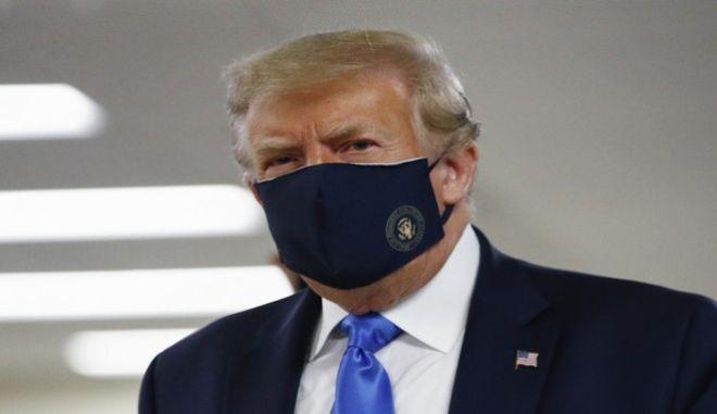 O Ντόναλντ Τραμπ, πρώτη φορά με προστατευτική μάσκα