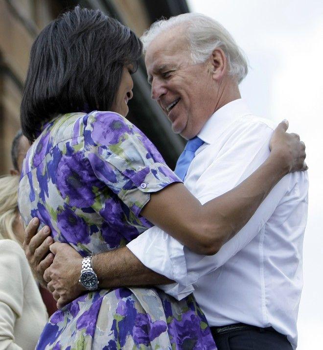 Ο Τζο Μπάιντεν με την Μισέλ Ομπάμα τον Αύγουστο του 2008 σε προεκλογική συγκέντρωση
