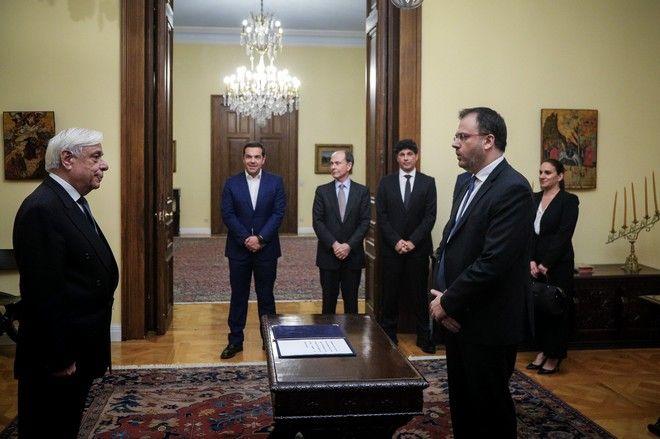 Στιγμιότυπο από την ορκωμοσία του νέου υπουργού Τουρισμού Θ. Θεοχαρόπουλου ενώπιον του Προέδρου της Δημοκρατίας Πρ. Παυλοπούλου και παρουσία του πρωθυπουργού Αλ. Τσίπρα
