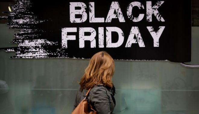 Γυναίκα έξω από κατάστημα κατά τη διάρκεια των εκπτώσεων της Black Friday