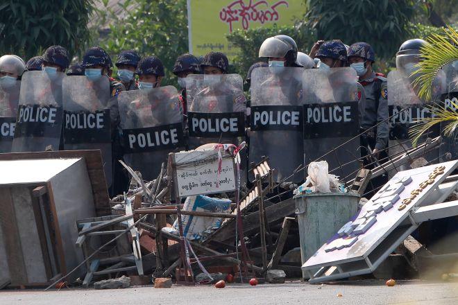 Αστυνομικοί διαλύουν οδοφράγματα που είχαν στήσει διαδηλωτές κατά την διάρκεια συγκέντρωσης κατά της χούντας στη Μιανμάρ