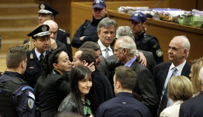 Ενώπιον του Τριμελούς Εφετείου Κακουργημάτων, άρχισε την Δευτέρα 22 Απριλίου 2013, η δίκη του Άκη Τσοχατζόπουλου και των 18 συγκατηγορουμένων του για το αδίκημα της νομιμοποίησης εσόδων από εγκληματική δραστηριότητα και της διακίνησης παράνομου χρήματος από «μίζες» εξοπλιστικών προγραμμάτων. Στο στιγμιότυπο διακίνονται η Βίκυ Σταμάτη και ο Άκης Τσοχατζόπουλος.  (EUROKINISSI/ΓΕΩΡΓΙΑ ΠΑΝΑΓΟΠΟΥΛΟΥ)