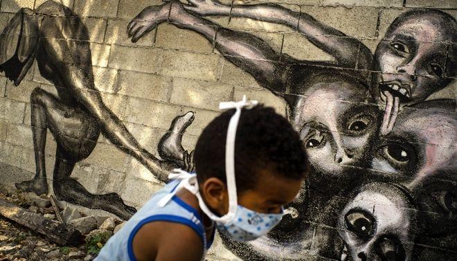 Παιδί με προστατευτική μάσκα στην Κούβα