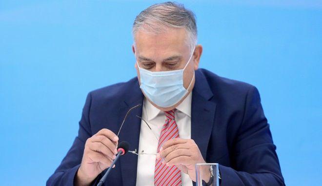 O υπουργός εσωτερικών, Τάκης Θεοδωρικάκος κατά την συνέντευξη Τύπου για το άνοιγμα των σχολείων