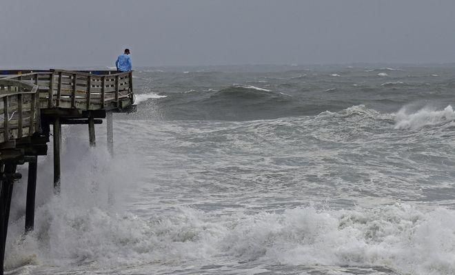 Ψηλά κύματα στην προβλήτα Avalon στο Kill Devil Hills καθώς ο τυφώνας Florence πλησιάζει την ανατολική ακτή των ΗΠΑ
