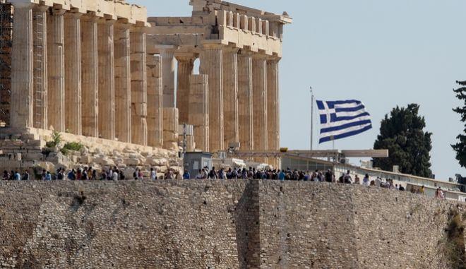 Η ελληνική σημαία στην Ακρόπολη