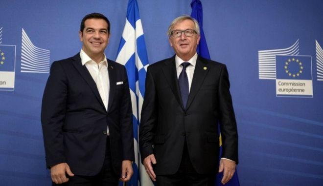 Τσίπρας-Γιούνκερ για το προσφυγικό: Ενίσχυση της βοήθειας που δέχεται η Ελλάδα