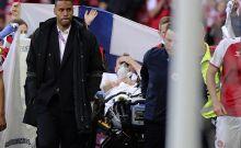 Ο Έρικσεν μεταφέρεται εκτός αγωνιστικού χώρου μετά την κατάρρευσή του