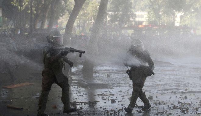 Αστυνομικές δυνάμεις σε διαδήλωση στη Χιλή