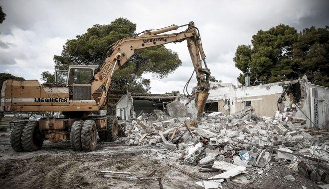 Κατεδάφιση παράνομου κτίσματος στην παραλία Σχινιά