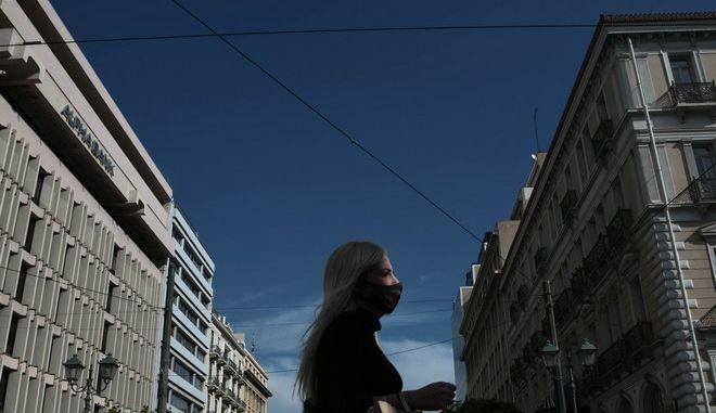 Κόσμος με μάσκες στους δρόμους της Αθήνας