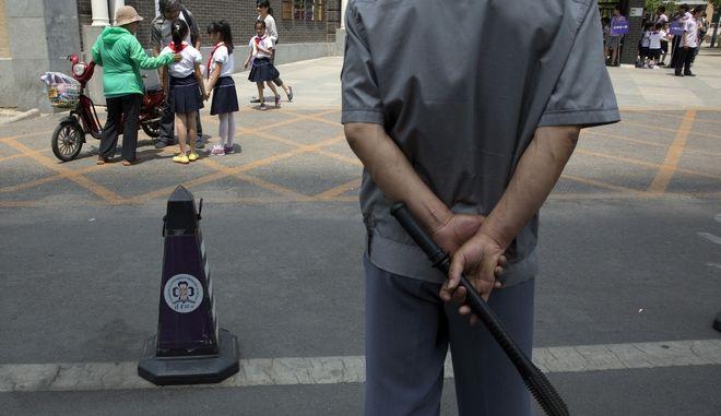 Σεκιούριτι έξω απο σχολείο στην Κίνα.