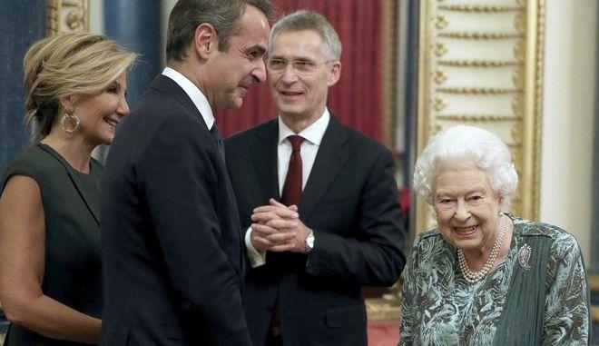Ο πρωθυπουργός με την σύζυγό του στο Buckingham Palace