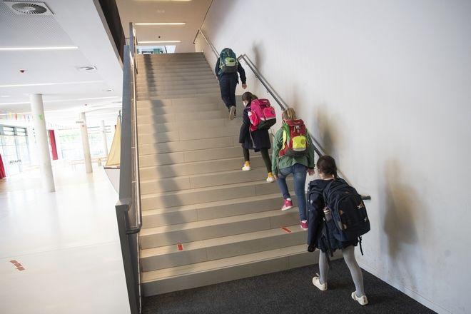 Μαθητές στη Γερμανία επιστρέφουν στο σχολείο τους.