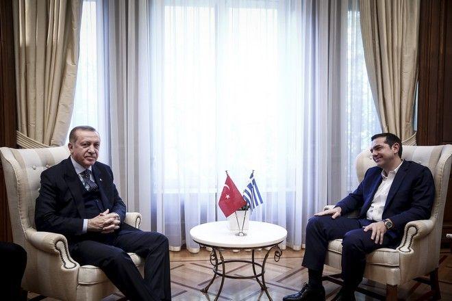 Ο Πρωθυπουργός, Αλέξης Τσίπρας(δ), συνομιλεί με τον Πρόεδρο της Δημοκρατίας της Τουρκίας Ρετζέπ Ταγίπ Ερντογάν(α), κατα την συνάντηση τους στο Μέγαρο Μαξίμου.την Πέμπτη 7 Δεκεμβρίου 2017. (EUROKINISSI/ΣΤΕΛΙΟΣ ΜΙΣΙΝΑΣ)