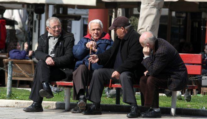 Συνταξιούχοι σε παγκάκι στη Θεσσαλονίκη