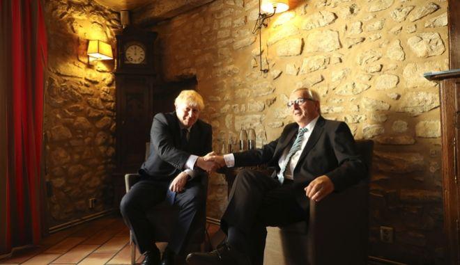Ο Ζαν Κλοντ Γιούνκερ και ο Μπόρις Τζόνσον κατα τη διάρκεια της συνάντησης.