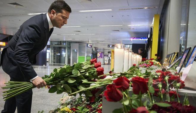 Ο Ουκρανός πρόεδρος Βολοντίμιρ Ζελένσκι αφήνει λουλούδια στη μνήμη των θυμάτων