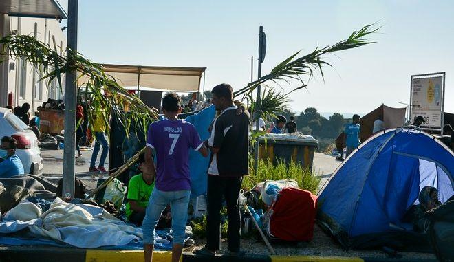 Πρόσφυγες και μετανάστες κατασκευάζουν αυτοσχέδιους καταυλισμούς έξω από το κατεστραμμένο ΚΥΤ της Μόριας την Παρασκευή 11 Σεπτεμβρίου 2020