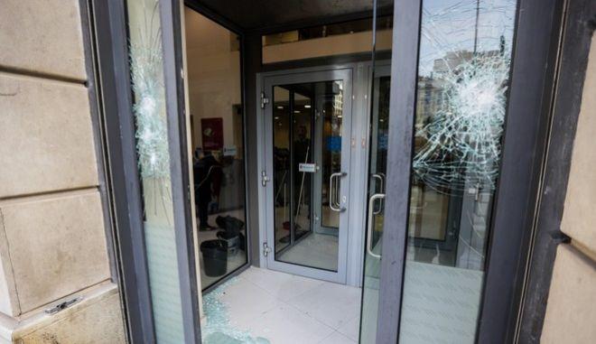 Νέο μπαράζ επιθέσεων με φθορές σε τράπεζες, στο Δημαρχείο Καισαριανής και σε σουπερμάρκετ