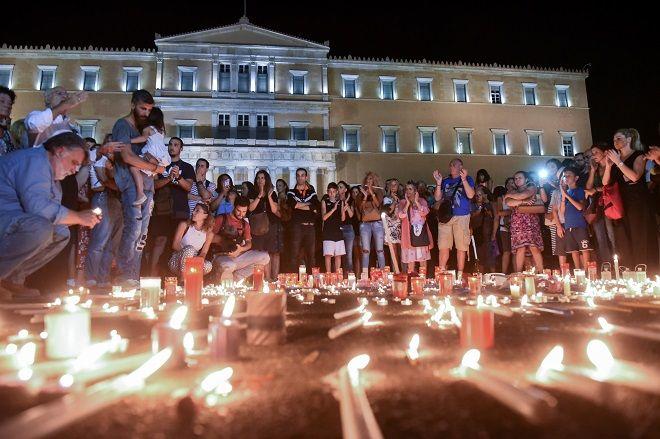 Σύνταγμα, σιωπηλή συγκέντρωση με κεριά για τους νεκρούς από τη πυρκαγιά στην Ανατολική Αττική