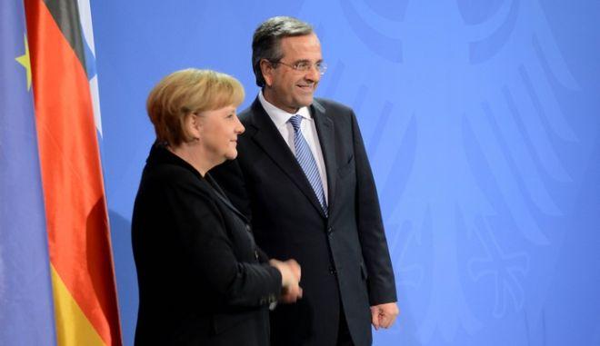 Ο πρωθυπουργός Αντ. Σαμαράς και η Καγκελάριος της Γερμανίας Άνγκελα Μέρκελ κάνουν δηλώσεις στα ΜΜΕ μετά το τέλος της συνάντησής τους στο Βερολίνο την Παρασκευή 22 Νοεμβρίου 2013. Η συνάντηση με την Α. Μέρκελ κράτησε μια ώρα και 20 λεπτά. Τον πρωθυπουργό συνοδεύουν ο υπουργός Ανάπτυξης Κωστής Χατζηδάκης και οι σύμβουλοί του Χρύσανθος Λαζαρίδης και Σταύρος Παπασταύρου. (EUROKINISSI/ΓΟΥΛΙΕΛΜΟΣ ΑΝΤΩΝΙΟΥ)