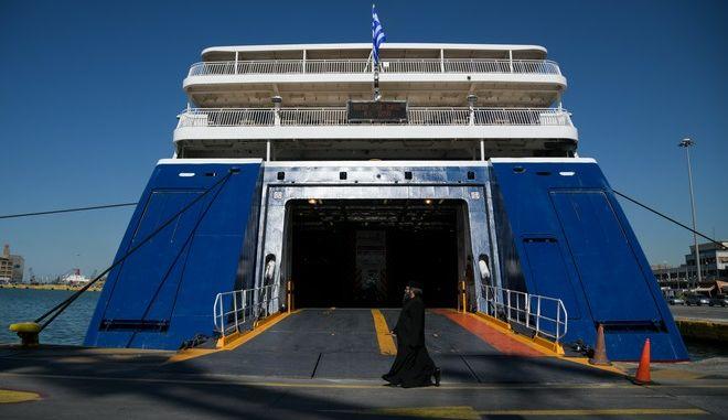 Πλοίο δεμένο στο λιμάνι του Πειραιά