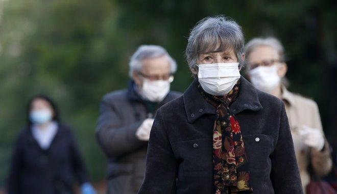 Άτομο φοράει μάσκα στη Σερβία