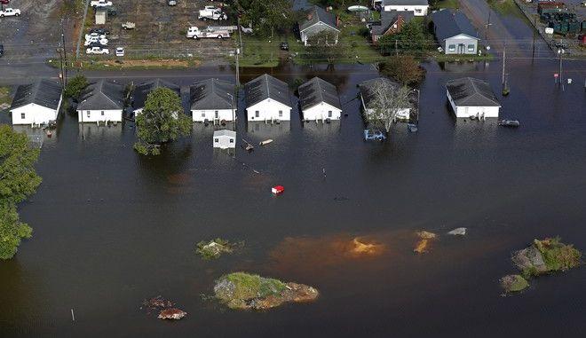 Οι σαρωτικές πλημμύρες συνεχίζουν να απειλούν τις νοτιοανατολικές ΗΠΑ