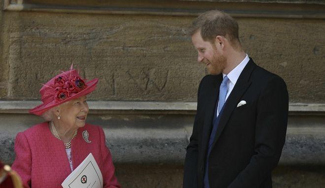 Βασίλισσα Ελισάβετ και Πρίγκιπας Χάρι (φωτογραφία αρχείου)